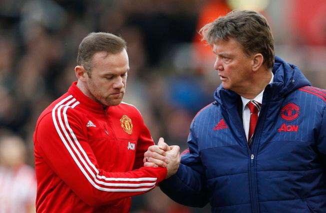 <p>STØTTER MANAGEREN: Wayne Rooney sier han og spillerne fortjener mer kjeft. Det har Louis van Gaal fått masse av denne sesongen.</p>