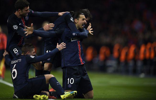 ENDELIG: Zlatan Ibrahimovic, mannen som alltid har blitt kritisert for at han ikke leverer i storkampene i Champions League, feirer 1-0-scoringen mot Chelsea på Parc des Princes. Han omfavnes av Maxwell, Thiago Motta og Marco Verratti.