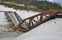 Bro kollapset over nye E6 - tømmertransport falt ned