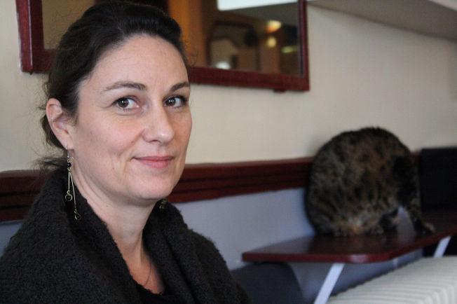 <p>IKKE REDD FOR TERRORISTENE, MEN FOR MYNDIGHETENE: Tilbake på en av kafeene som ble utsatt for terror den 13. november, Le Carillon, er Delphine Chedorge ( 44) redd for hva unntakstilstanden gjør med samfunnet.</p>