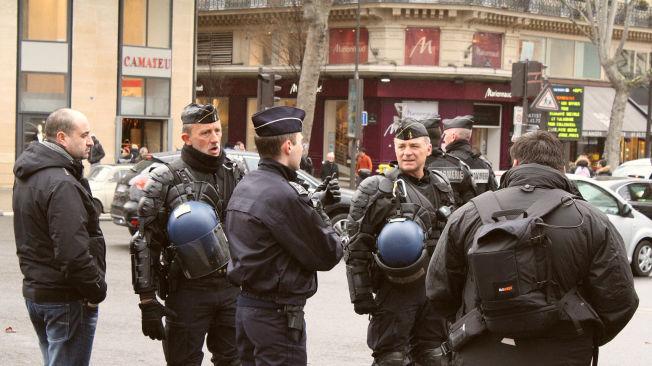 <p>POLITI OVER ALT: Unntakstilstanden i Frankrike innebærer at politiet har mer makt. Flere er nå kritiske til de svekkede rettighetene til folk flest. De neste årene skal det opprettes 5000 nye politistillinger i landet.</p>