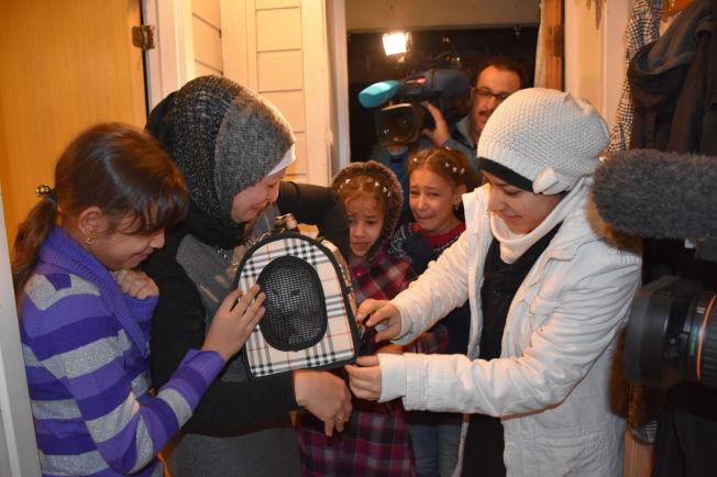 <p>GLEDESTÅRER: Suva Al Alaf og barna Maab (12), Ansab (9), Albab (11) og Hakam (17) ble torsdag gjenforent med katten Kankushi Steinkjer, etter at den rømte da de kom i land på Lesvos i slutten av oktober.<br/></p>