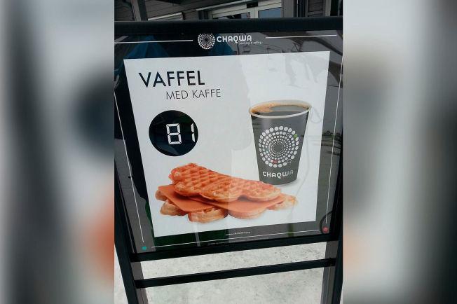 <p>STIV PRIS: Lars-Kristian Haugen reagerer på at det skulle koste 81 kroner for en vaffel og kaffe.</p>