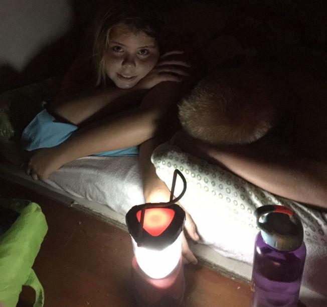 <p>STORM-RAMMET: Vi har barrikadert oss i gangen, skriver Bjarte Haugstvedt. Han, kona og de fire barna er rammet av syklonen Winston på Fiji.</p>