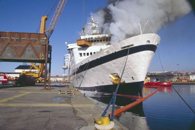 <p>I BRANN: «Scandinavian Star» etter at skipet ble tauet inn til Lysekil i Sverige.</p>