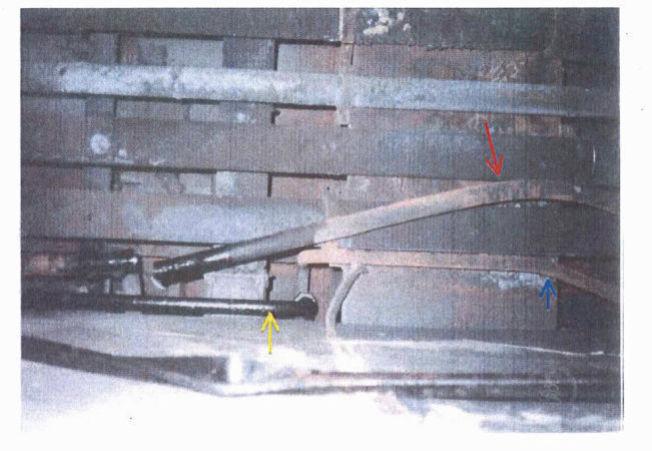 <p>NATURLIG BØYD?: Politiet åpner for muligheten for at det ikke er sabotasje at disse rørene er bøyd. De to rørene, merket med blå og rød pil av politiet kan ha vært konstruert med bøy for å unngå et stag/rør som står utfra veggen (merket med gul pil)<br/></p>