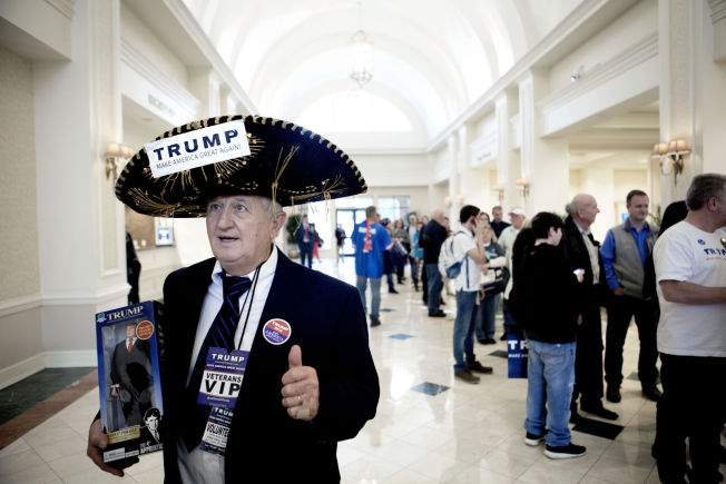<p>HÅPER PÅ SEIER: Jim Yates fra Laurens i Sør-Carolina har møtt opp på Marriott i Spartanburg - hotellet der Donald Trump skal ha sin valgvake.</p>