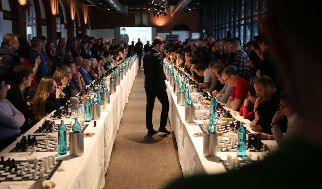 SIMULTANSJAKK: Magnus Carlsen hadde en skikkelig maraton lørdag ettermiddag da han spilte mot 70 motstandere i Hamburg. Det var et stunt i anledning avisen Zeits 70 års jubileum.