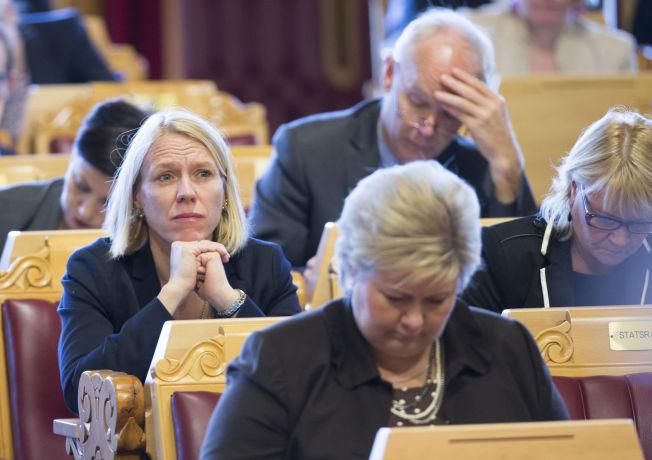 <p>UENIG MED ERNA: Anniken Huitfeldt leder Stortingets utenriks- og forsvarskomité. Her er hun fotografert i Stortingssalen bak statsminister Erna Solberg (H).</p>