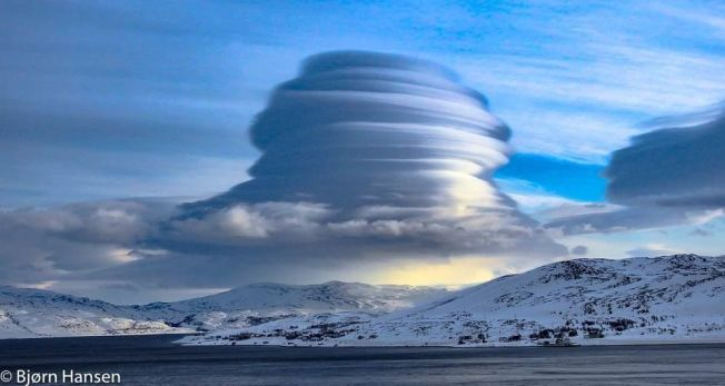 <p>SPEKTAKULÆRT: Skyen Bjørn Hansen tok bilde av er en altocumulus lenticularis, også kalt linsesky.</p>