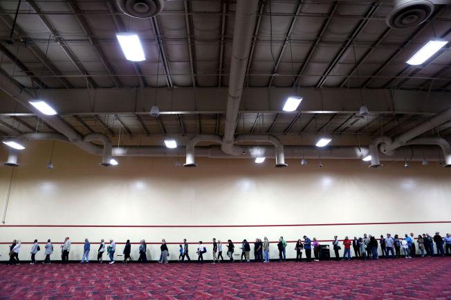 <p>LANG, LANG REKKE: Køen for å komme seg inn på arenaen der Donald Trump hadde valgmøte strakte seg flere hundre meter.</p>