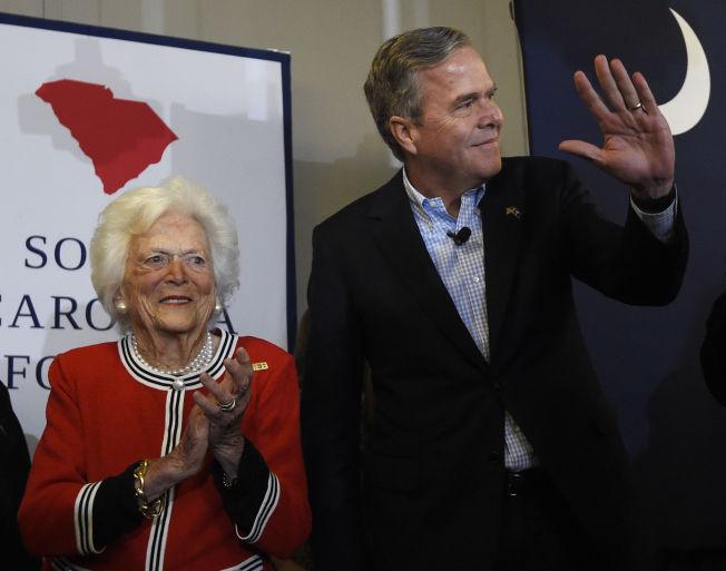 <p>MOR OG SØNN: Barbara Bush støttet sønnen Jeb i valgkampen, her avbildet fredag, men søndag kunngjorde 63-åringen at han trekker seg fra presidentracet.</p>