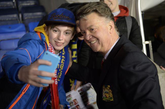 <p>SMILER IGJEN: Manchester United-manager Louis van Gaal tok seg tid til en selfie med en fan, etter at laget hans tok seg videre i FA-cupen, etter 3-0-seieren over Shrewsbury.</p>
