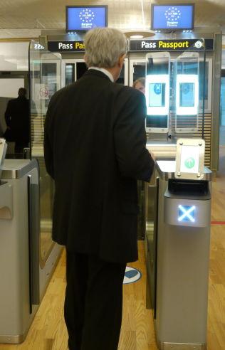 KAN BLI STENGT: De selvbetjente passkontrollene på Gardermoen kan bli stengt når Schengen-landene skjerper dokumentkontrollen,
