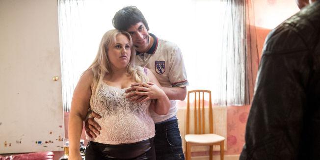 <p>KJÆRESTEPAR: Rebel Wilson og Sacha Baron Cohen er glade i hverandre i «Grimsby».</p>