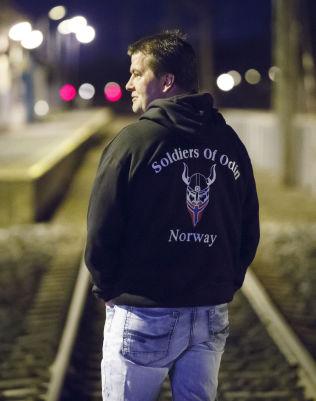 <p>TALSMANN: Ronny Alte leder «Odins Soldater» eller «Soldiers of Odin», som det står på hettegenserne.</p>