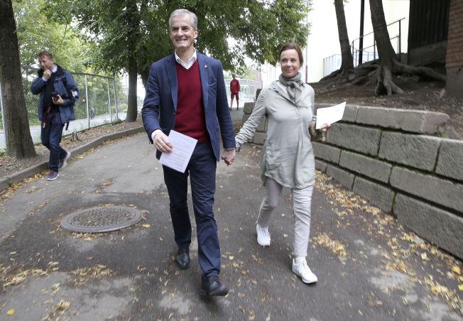 <p>HOLDER SAMMEN: Jonas Gahr Støre og Marit Slagsvold kom hånd i hånd til valglokalet på Slemdal skole i Oslo på valgdagen i fjor.</p>