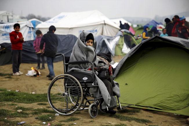 <p>FLYKTNINGLEIR: En syrisk flyktning i en FN-drevet leir som er etablert ved landsbyen Idomeni ved den gresk-makedonske grensen. Mange syrere og irakere kommer seg ikke videre fordi de ikke har pass.</p>