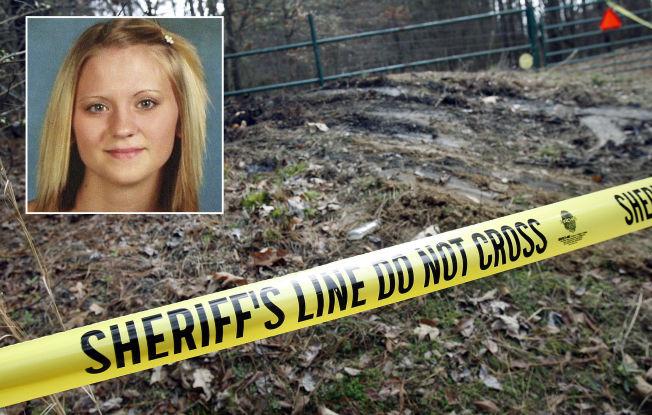 <p>ÅSTED: Bilen stod i flammer og Jessica Chambers (innfelt) hadde store brannskader da hun ble funnet langs en landevei ved Courtland i Mississipp.</p>