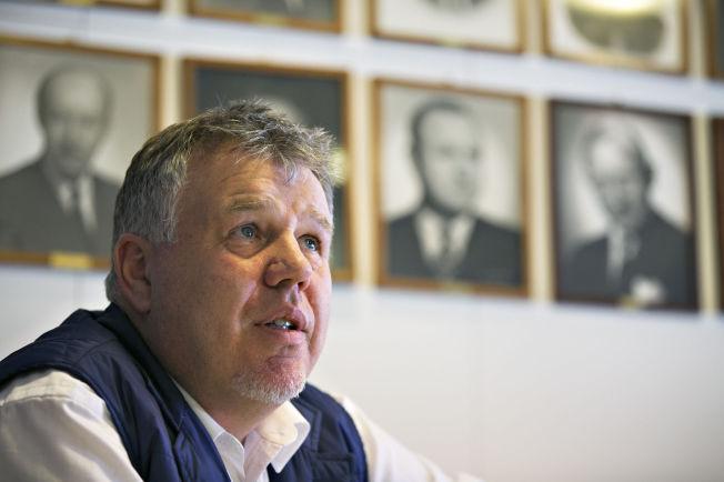 <p>FORSVARER PENGEBRUKEN: Generalsekretær Kjetil Siem i NFF møtte VGs journalister på Ullevaal tirsdag denne uken. På veggen bak ham henger bilder av tidligere fotballpresidenter.</p>