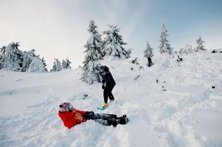 <p>KJØLIG OG TØRT: Det blir tørt og litt kjølig - og dette kan vare helt til påske, skal vi tro månedsvarselet. Her barn i snølek på Sjusjøen i vinter.</p>