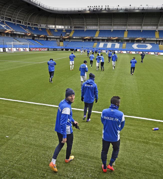 SLUTT: Molde-kaptein Daniel Berg Hestad på vei ut til sin sannsynligvis siste trening med klubben før morgendagens returkamp i Europa Leagues 16 delsfinalen mot Sevilla. Sevilla leder 3-0 etter første kamp. Sammen med Hestad går Moldes nye midtbanespiller Dulee Johnson.