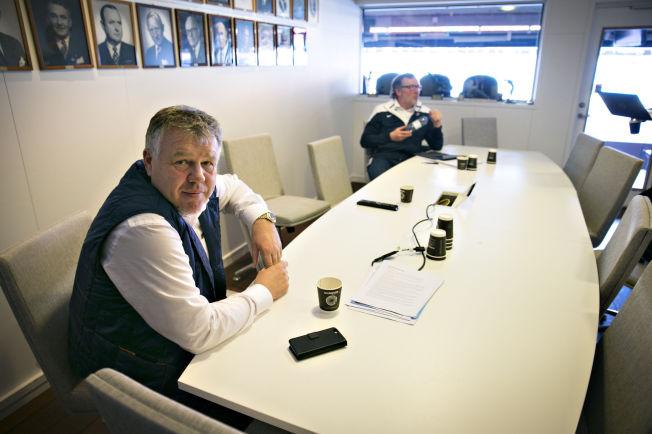 <p>HAR HEVET LØNNSNIVÅET: Generalsekretær Kjetil Siem og kommersiell direktør Erik Loe i en av losjene på Ullevaal stadion.</p>