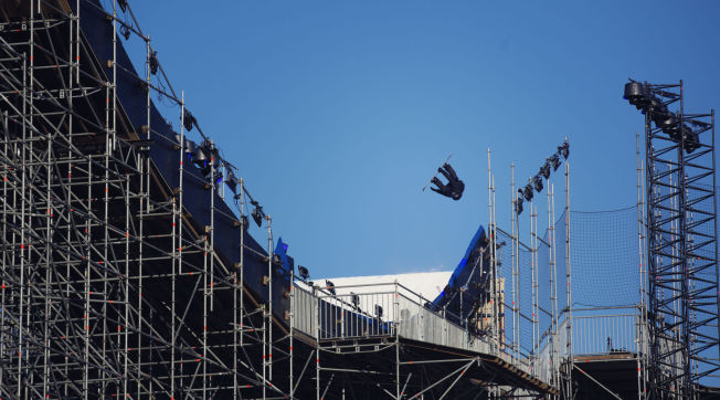 ENORMT: Det 57 meter høye hoppet til Big Air-konkurransen under X Games Oslo er på plass på Tøyen.