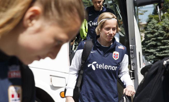 <p>I CANADA: Silje Vesterbekkmo på vei ut av spillerbussen under en trening på Rockey Stone under VM i fjor sommer. Til venstre keeperkollega Cecilie Fiskerstrand. Bak kommer Anja Sønstevold.</p>