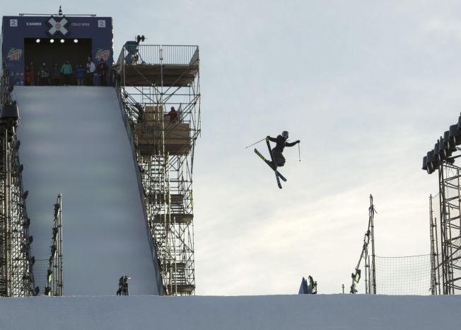 <p>TORSDAG ETTERMIDDAG: Tiril Sjåstad Christiansen (20) øvde på noen av sine triks i spretthoppbakken - et stillas som rager 57 meter over bakken - ved Munchmuseet på Tøyen i Oslo torsdag ettermiddag.</p>