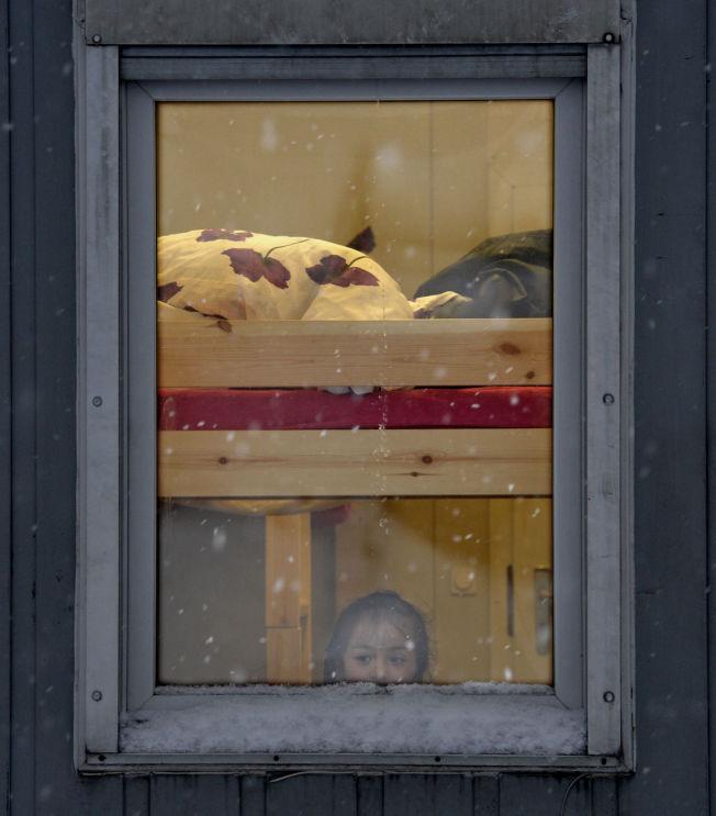 <p>UTENFOR: Norske myndigheter tror det vil komme rundt 900 flere barn under 15 år til norske mottak i år. En tredel av dem vil ha behov for fosterhjem, ifølge Bufetat. Bildet er tatt tidligere i år på mottakssenteret i Kirkenes.<br/></p>