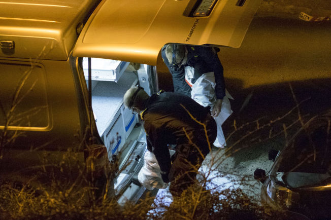 <p>ETTERFORSKER: Natt til lørdag kom også politiets krimteknikere til åstedet.</p>