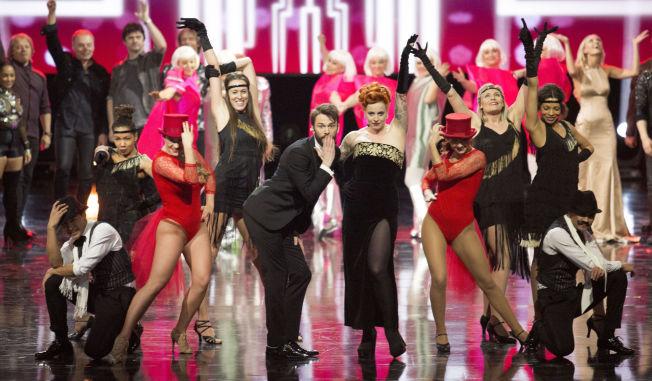<p>I GANG: Programlederne Silya Nymoen og Kåre Magnus Bergh sang i gang Melodi Grand Prix-finalen i Oslo Spektrum 2016.</p>