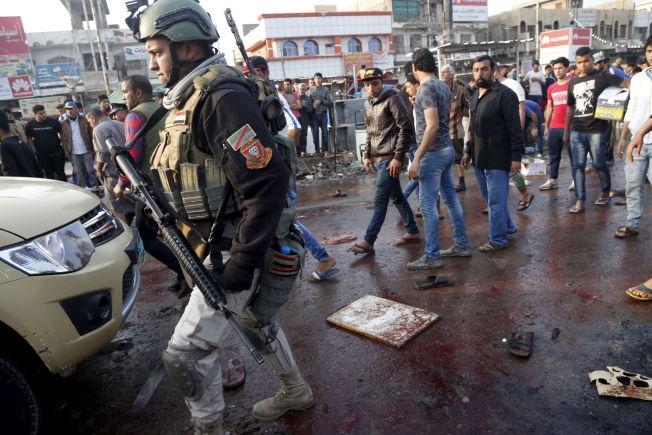 <p>ÅSTED: En irakisk soldat patruljerer på markedet der to selvmordsangrep drepte minst 70 mennesker søndag.</p>