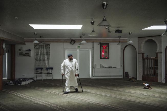 <p>I MOSKEEN: VG besøkte i fjor sommer moskeen som er den mest utskjelte i Danmark. Her er formann i foreningen, Oussama El Saadi, inne i bønnerommet.<br/></p>