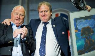 NY PRESIDENT: Avtroppende fotballpresident Yngve Hallén og påtroppende fotballpresident Terje Svendsen (t.v.) under fotballtinget på Ullevaal stadion søndag.
