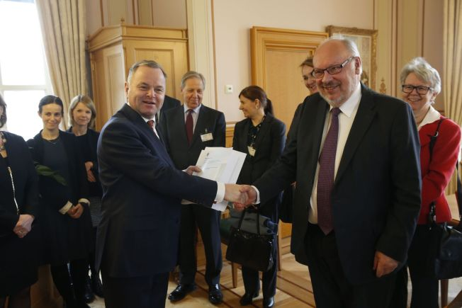 <p>KONTROLL AV KONTROLLØREN: Utvalgsleder Bjørn Solbakken overleverte sin rapporten til stortingspresident Olemic Thommessen mandag.</p>