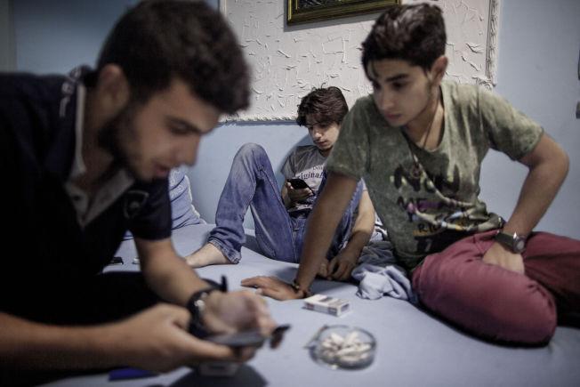 <p>Brødrene Mohamed (17) og Abdulah (24) Badawi har lagt ut på en lang fluktreise fra hjemlandet Syria til Tyskland sammen med vennen Ehsan Dallal (21). I byen Pancevo utenfor Beograd bor de på hotell i noen dager mens de planlegger reisen mot Ungarn og Tyskland.</p>