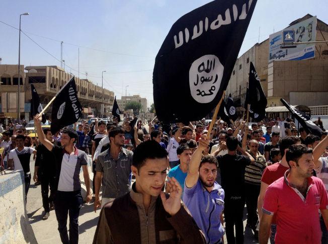 <p>TERROR-KONTROLLERT: I juni 2014 stormet en IS-krigere Mosul. På dette propaganda-bildet tatt like etter går demonstranter i gatene til støtte for IS.</p>