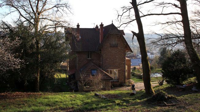<p>LIK I HAGEN: Vennegjengen leide dette huset i Palaiseau, like utenfor Paris, men bursdagsfesten ble avlyst etter det grufulle funnet i hagen.</p>