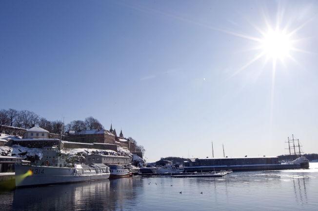 <p>SOL I VENTE: Våren som venter kan bli varmere enn normalt, ifølge to sesongvarsler. Her Akershus festning i Oslo badet i sol.</p>