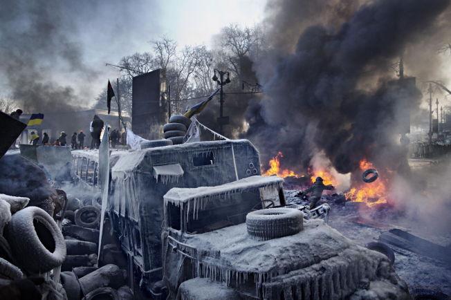 <p>Demonstranter holder stand mot opprørspolitiet i Ukrainas hovedstad Kiev. De brenner bildekk som den siste skansen mot politiet, som står oppstilt noen titalls meter lenger opp i Hrushevskogo street.</p>