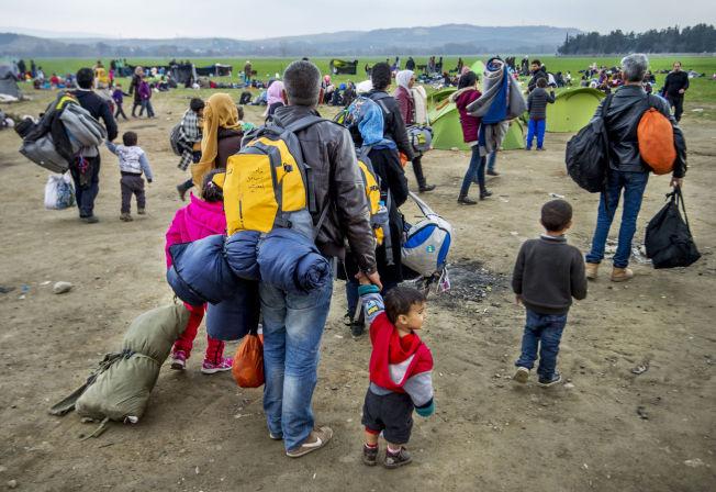 <p>STENGTE DØRER: I flyktningleiren Idomeni på grensen mot Makedonia venter tusener av flyktninger på å få lov til å passere. Leiren fylles av flere og flere for hver dag som går.</p>