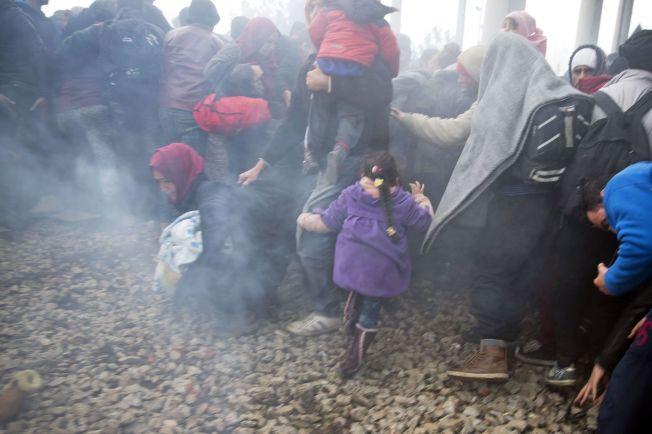 <p>FLYKTER: Mennesker flykter etter at makedonsk politi avfyrer tåregass mot de som forsøker å ta seg over til den andre siden av grensen.</p>