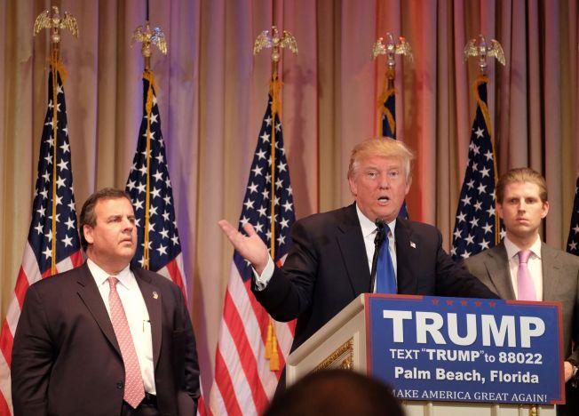 <p>DRAR FRA: Presidentkandidat Donald Trump fikk et solid forsprang under nominasjonene Super Tuesday. Her taler han i Palm Beach, Florida etter resultatene. Til venstre, guvernør i New Jersey Chris Christie; til høyre Trumps sønn Eric Trump.</p>