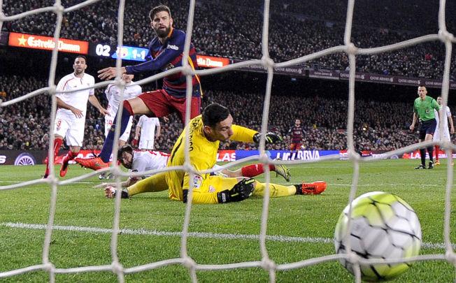 <p>BARCELONA-MATCHVINNER: Gerard Piqué (29) ordnet 2-1-målet over Sevilla søndag. Det var katalanerens første La Liga-mål for sesongen.</p>