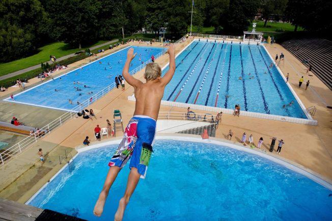 <p>SVØMMETIME I FROGNERBADET: Manglende hallkapasitet har ført til at flere Oslo-skoler har lagt svømmeundervisningen til utendørsbassengene i Frognerbadet. Bildet er tatt under en svømmetime for en 4. klasse i Oslo-skolen.</p>