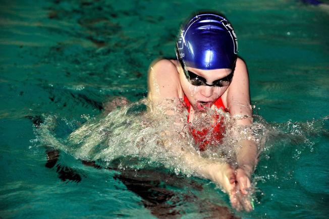 <p>SOM FISKEN I VANNET: Vilde Gimse fra Tromsø har hatt glede av at hun kan svømme ordentlig brystsvømming, og har i flere år deltatt som aktiv svømmer i stevner og konkurranser. Men slett ikke alle norske elever får like mye basseng-tid som Vilde.</p>