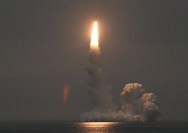 <p>RUSSISK RAKETT: Et russisk Bulava-missil blir avfyrt fra en Borey-klasse ubåt under en tidligere øvelse. Bildet er lagt ut på det russiske forsvarsdepartementets nettside i september 2014.</p>