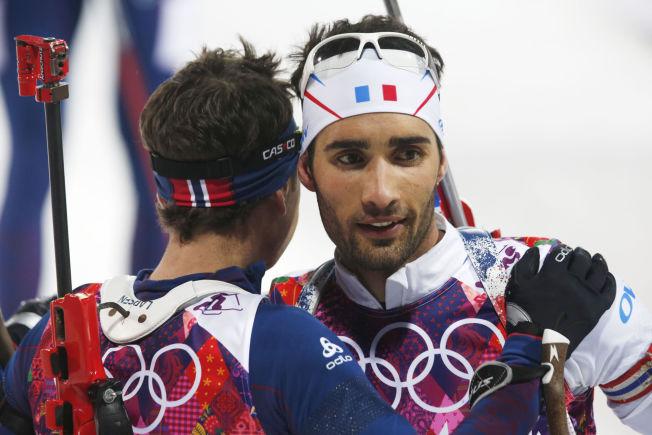 TVILER: Martin Fourcade tror ikke på et suksess-VM for Ole Einar Bjørndalen, som han her gratuleres av etter gull i Sotsji-OL i 2014.